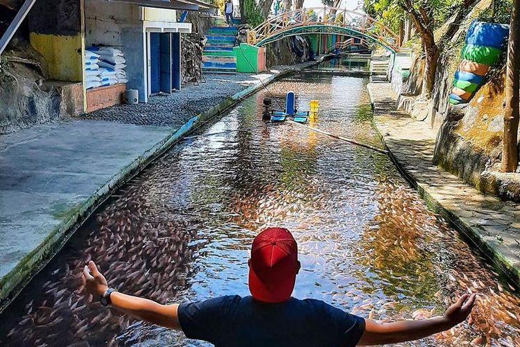 Aliran sungai yang mengalir di restoran dan tempat wisata Watergong, Klaten, Jawa Tengah.