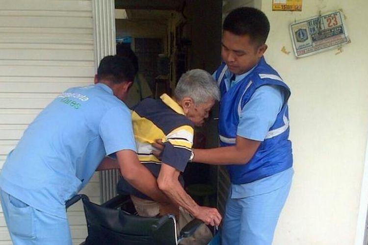 Layanan Transjakarta Cares untuk menjemput penyandang disabilitas ke dan dari halte Transjakarta terdekat.