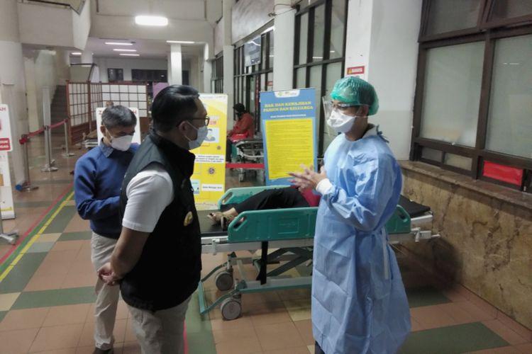 Gubernur Jawa Barat Ridwan Kamil saat berbincang dengan dokter saat meninjau kondisi penanganan Covid-19 di IGD Rumah Sakit Hasan Sadikin (RSHS) Kota Bandung, Sabtu (12/6/2021).