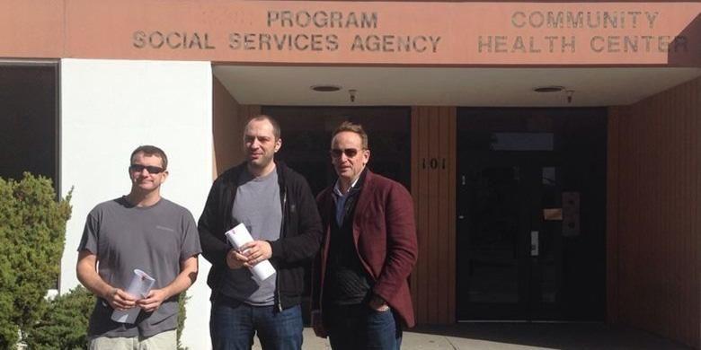 Brian Acton (kiri), Jan Koum (tengah) dan Jim Goetz dari Sequoia Capital berfoto di depan bekas kantor Dinas Sosial North County usai meneken perjanjian dengan Facebook