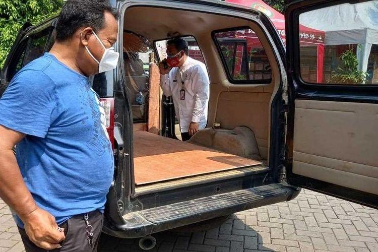 Mobil Dinas Kelurahan Rorotan Disulap Jadi Ambulans. Sumber: Sudin Kominfotik Jakarta Utara