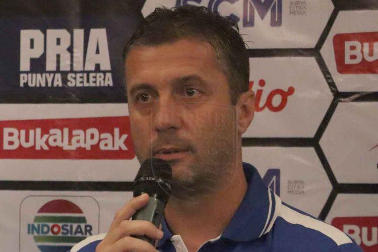 Mantan Pelatih Persib Bandung Miljan Radovic saat menghadiri sesi konferensi pers beberapa waktu lalu.