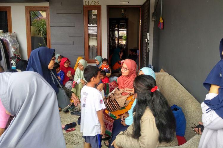 Sejumlah kerabat dan tetangga mendatangi kediaman Darwin Harianto (51) salah satu korban dalam peristiwa kecelakaan pesawat Lion Air, di Perumahan Villa Mutiara Bogor, Tanah Sareal, Bogor, Jawa Barat, Senin (29/10/2018).