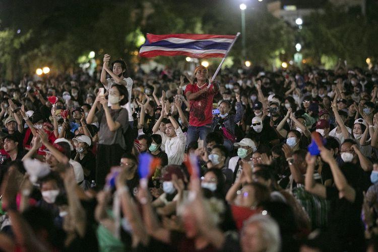 Para demonstran pro-demokrasi mengibarkan bendera nasional di lapangan Sanam Luang, saat berdemo di Bangkok, Thailand, Sabtu (19/9/2020). Ribuan pengunjuk rasa turun ke jalan hari itu untuk mendukung para mahasiswa yang berunjuk rasa mendesak digelarnya pemilu baru dan merombak sistem kerajaan.