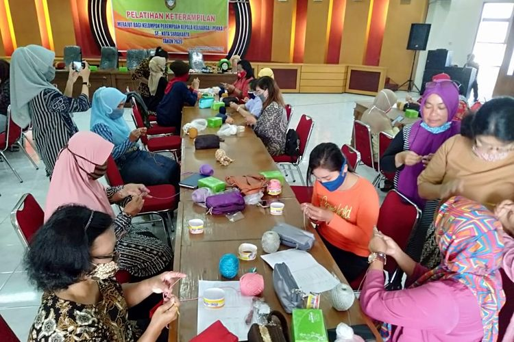 Para perempuan rentan di Kota Solo, Jawa Tengan (Jateng) mengikuti pelatihan dalam program Pemda Dirapid Test? (Perempuan Berdaya di Era Pandemi Covid-19) yang diadakan Pemerintah Kota (Pemkot) Solo belum lama ini.