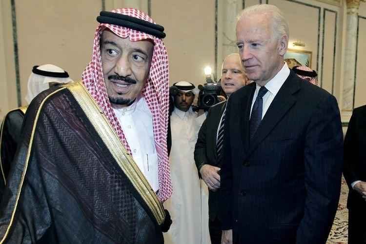 Presiden AS Joe Biden saat masih menjabat sebagai Wakil Presiden AS berjumpa dengan Raja Salman bin Abdulaziz Al Saud di Riyadh, Arab Saudi, 27 Oktober 2011.