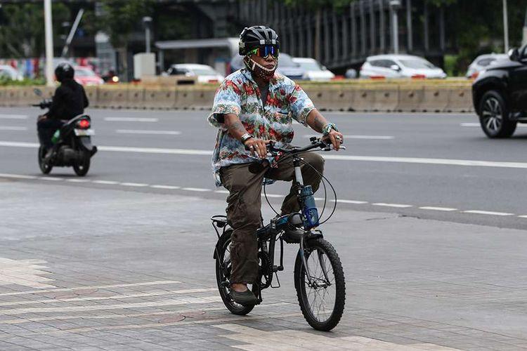 Warga bersepeda di Jalan Jenderal Sudirman, Jakarta, Senin (21/9/2020). Menteri Perhubungan Budi Karya Sumadi menerbitkan Peraturan Menteri Perhubungan Nomor 59 Tahun 2020 tentang Keselamatan Pesepeda di Jalan.
