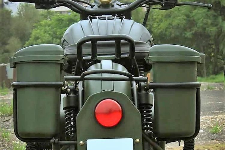 Royal Enfield Classic 350 dengan tampilan motor perang