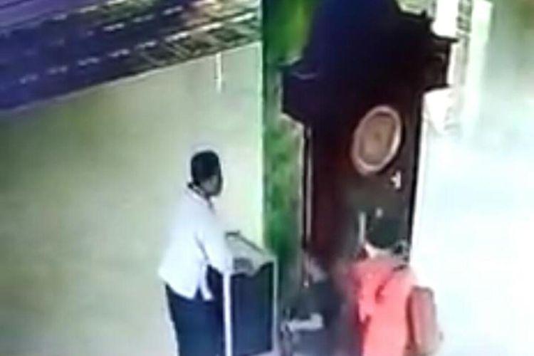 Tangkapan layar dari video yang viral di media sosial. Video menunjukkan tiga orang diduga satu keluarga curi kotak amal di Pagelaran, Kabupaten Malang.