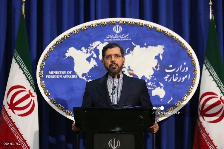 Juru bicara kementerian luar negeri Iran Saied Khatibzadeh memberi isyarat selama konferensi pers di Teheran pada 22 Februari 2021.