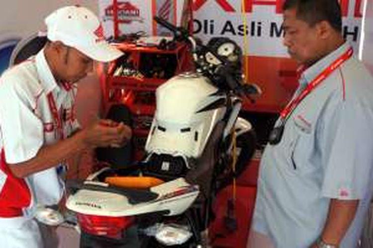 Salah satu mekanik Honda berlomba dalam ajang kompetisi Honda Indonesia Technical Skill Contest. AHM mengirimkan 2 mekanik yang menjadi juara pertama dari Honda Indonesia Technical Skill Contest tingkat nasional pada 5 tahun terakhir penyelenggaraannya untuk berkompetisi dalam Honda Asia & Oceania Motorcycle Technician Skill Contest 2016 di Vietnam (14-16/12).