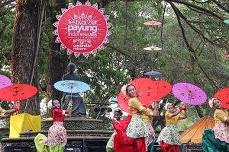 Para penari dari Sanggar Kembang Lawu Karanganyar, Jawa Tengah, membawakan tarian