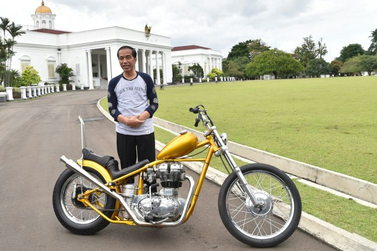 Presiden Joko Widodo berfoto bersama motor Royal Enfield 350 cc bergaya chopper hasil modifikasi putra bangsa di Istana Presiden Bogor, Sabtu (20/1/2018).