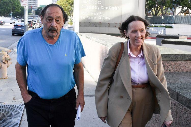 Robert Chain (68) meninggalkan gedung pengadilan Los Angeles, Kamis (30/8/2018), setelah dibebaskan dengan jaminan. Dia menjadi tersangka ancaman pembunuhan terhadap jurnalis harian The Boston Globe.