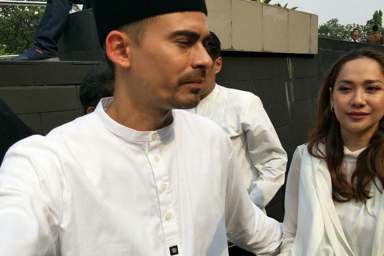 Ashraf Sinclair dan Bunga Citra Lestari dalam prosesi pemakaman BJ Habibie di Taman Makam Pahlawan Kalibata, Jakarta Selatan, Kamis (12/9/2019).