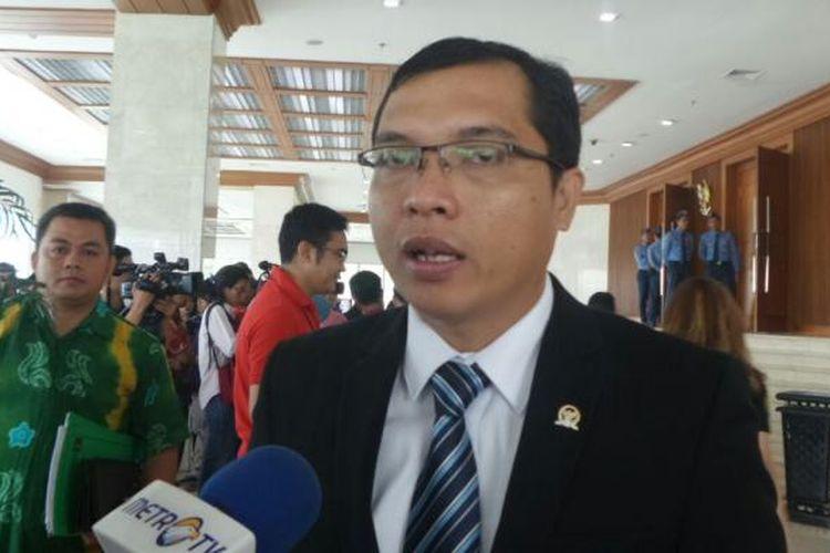 Anggota Komisi II DPR dari Fraksi Partai Persatuan Pembangunan (PPP), Achmad Baidowi di Kompleks Parlemen, Senayan, Jakarta, Selasa (24/1/2017).