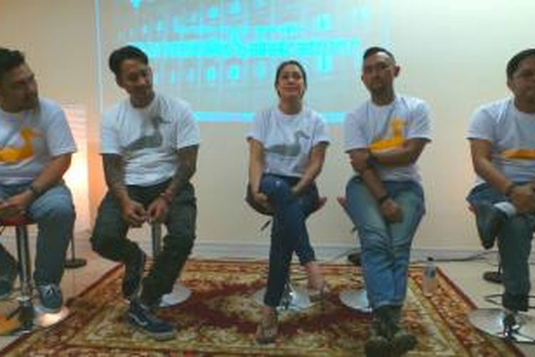 Tim produksi film The Wedding & Bebek Betutu (dari kiri ke kanan) Ibo, Tora Sudiro, Mieke Amalia, Ronal Surapradja, dan Hilman Mutasi, ketika berbincang dengan para blogger Kompasiana alias Kompasianer dalam acara Kompasiana Nangkring, di Gedung Kompas Gramedia, Jalan Palmerah Barat, Jakarta Barat, Kamis (2/4/2015).