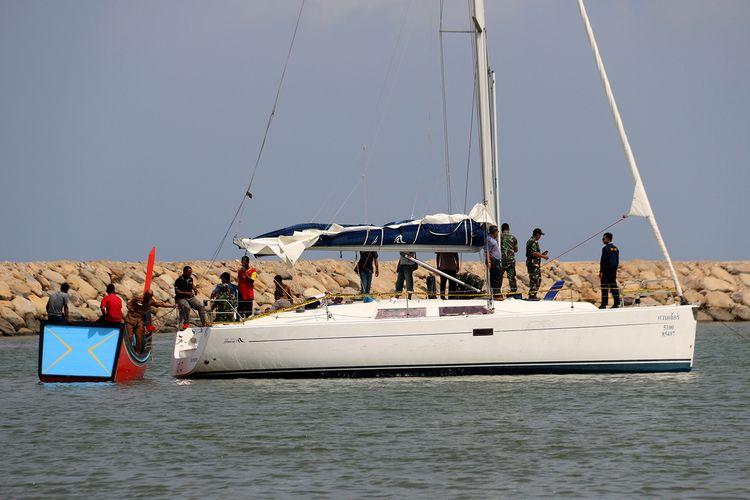 Sebuah kapal asing tanpa awak ditemukan oleh nelayan Kreung Mane, Kecamatan Muara Batu, Kabupaten Aceh Utara dalam kondisi terombang ambing sekitar 15 mill dari daratan, Rabu (14/01/2020).  Saat ditemukan kapal yang diduga asal Thailand ini dalam kondisi mati mesin dan jangkarnya tergantung dalam air.