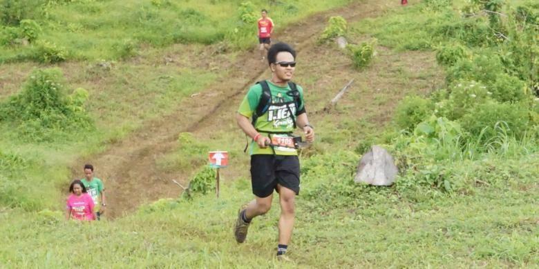 Peserta Banyuwangi Ijen Green Run saat mendaki Bukit Seno, perkebunan Kalibendo, Banyuwangi, Jawa Timur, Sabtu (3/12/2016).