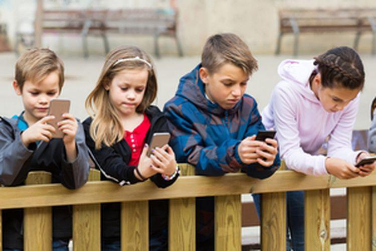 Terlalu lama bermain gadget dapat berpengaruh pada emosi mental anak-anak