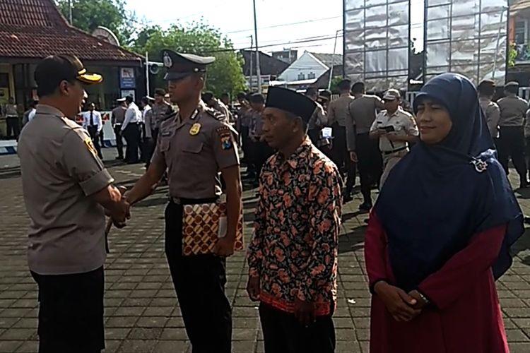 Muhammad Al Azhar (19) remaja dari Desa Tempuran anak seorang kuli bangunan ini menjadi lulusan terbaik di Sekolah Polisi Negara (SPN) Polisi Daerah Jawa Timur tahun 2020 mendapat pernhargaan dari Kapolres Ngawi.
