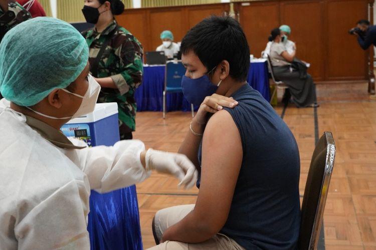 Pelaksanaan serbuan vaksin yang diinisiasi Kementerian Pariwisata dan Ekonomi Kreatif (Kemenparekraf) di Sekolah Staf dan Komando (Sesko) Angkatan Udara (AU) Lembang, Rabu (21/7/2021).
