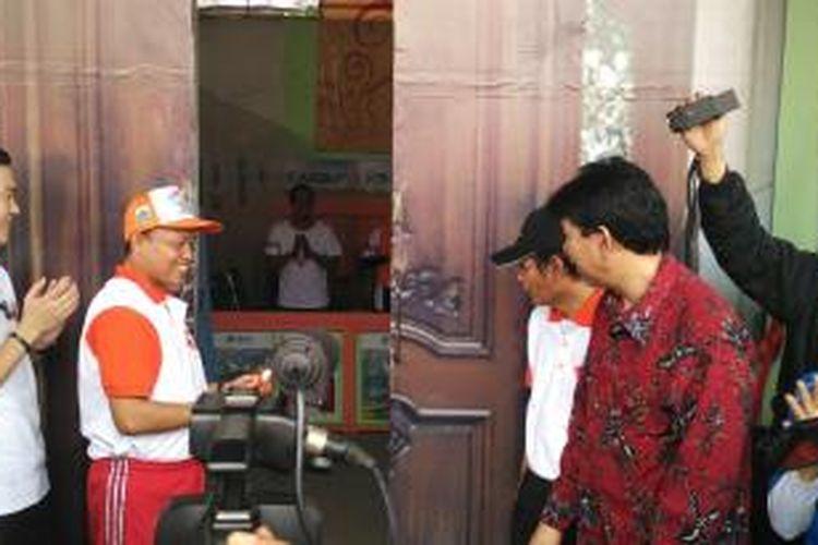 Kepala Dinas Kebersihan DKI Jakarta Isnawa Adji (kiri) dalam peluncuran Sistem Informasii Bank Sampah (Sibas) di kantor Dinas Kebersihan DKI di Cililitan, Jakarta Timur. Jumat (27/11/2015)
