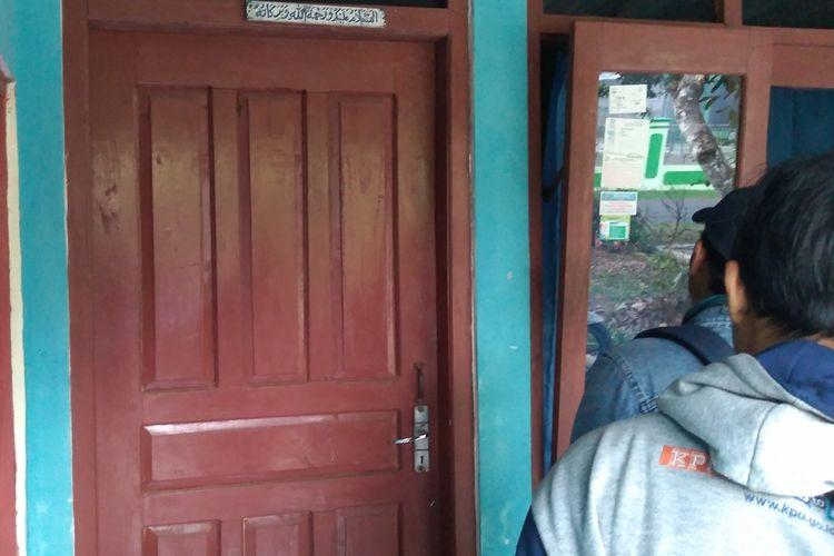 Sejumlah awak media mencoba mendatangi rumah Suy (31), warga Dusun Tritih, Desa Danasri Lor, Kecamatan Nusawungu, Kabupaten Cilacap, Jawa Tengah, Minggu (17/11/2019) sore.
