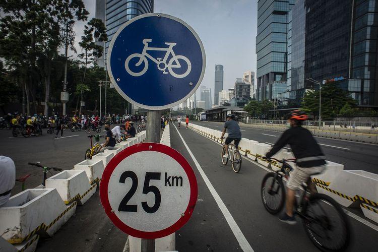 Pesepeda melintas di Jalan Jenderal Sudirman, Jakarta, Minggu (6/6/2021). Gubernur DKI Jakarta Anies Baswedan berencana menambah jalur sepeda sepanjang 101 kilometer di Jakarta pada tahun 2021 yang bertujuan untuk memfasilitasi warga agar dapat bersepeda secara aman. ANTARA FOTO/Aprillio Akbar/foc.