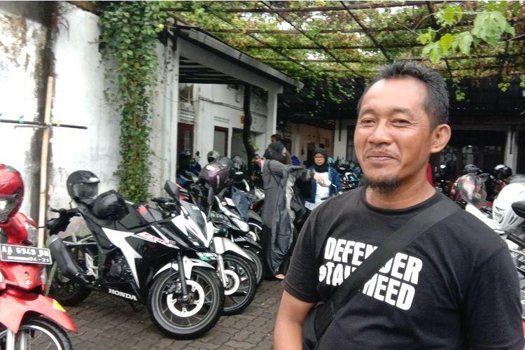 Arifin manfaatkan halaman rumahnya menjadi lahan parkir dadakan untuk peserta tes CPNS di Yogyakarta.