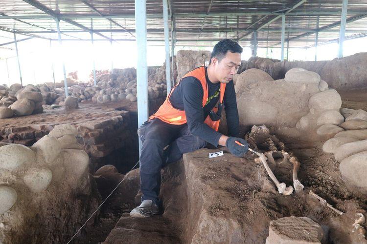 Kerangka manusia ditemukan di kompleks bangunan Situs Kumitir, di Dusun Bendo, Desa Kumitir, Kecamatan Jatirejo, Kabupaten Mojokerto, Jawa Timur.