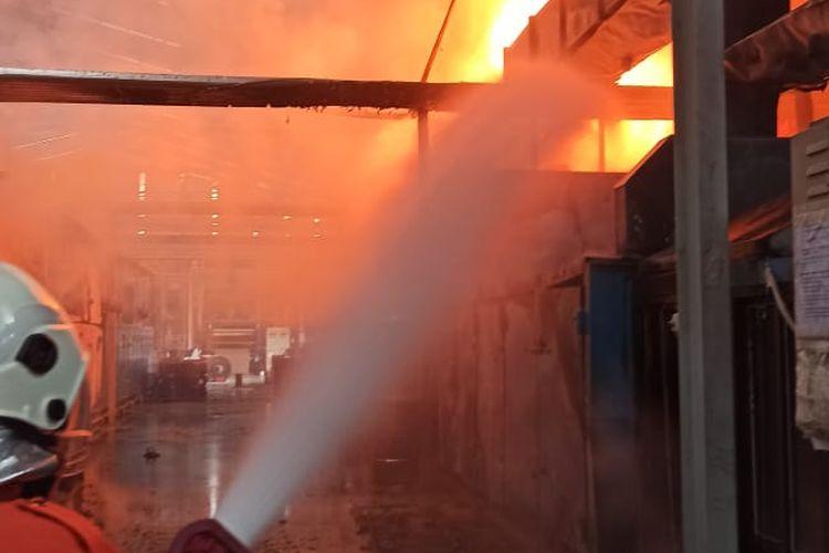 Petugas memadamkan api di PT. ISI Salatiga.