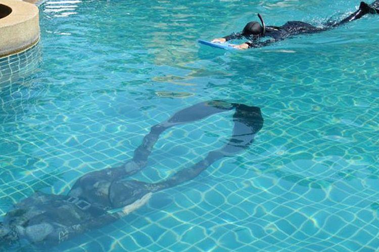 Latihan apnea di kolam enang, di Koh Samui, Thailand.