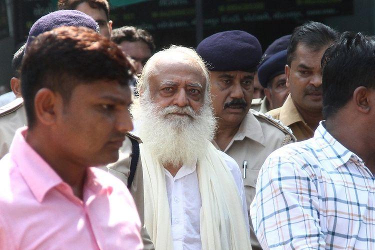 Asaram Bapu (77) terbukti memperkosa murid perempuannya yang baru berusia 16 tahun.