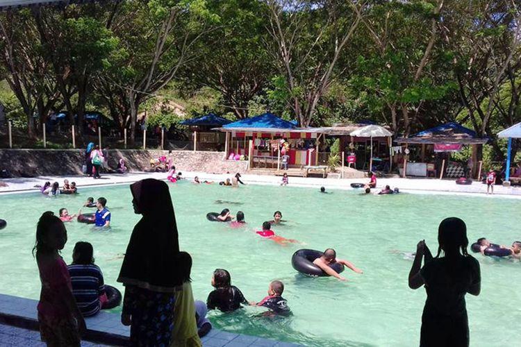 Kolam renang air hangat alam, salah satu fasilitas di obyek wisata Lombongo. Kawasan ini menjadi sengketa kepemilikan dan pengelolaan antara Pemerintah Kabupaten Bone Bolango dan Pemerinrtah Provinsi Gorontalo dalam beberapa tahun terakhir.
