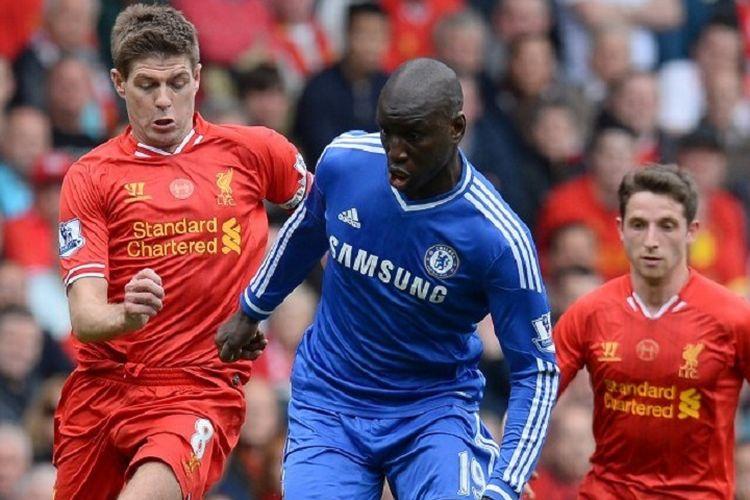 Gelandang Liverpool Steven Gerrard (kiri) menjaga striker Chelsea Demba Ba dalam laga Liga Primer antara Liverpool vs Chelsea di Stadion Anfield di Liverpool, Inggris, pada 27 April 2014.