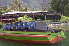 Keluarga Korban Tenggelam Tabur Bunga di Danau Toba