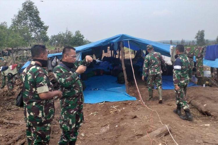 Petugas TNI mendirikan posko penginapan disekitar lokasi kebakaran lahan di Desa Bedagu, Kecamatan Langgam, Kabupaten Pelalawan, Riau, Sabtu (3/8/2019).