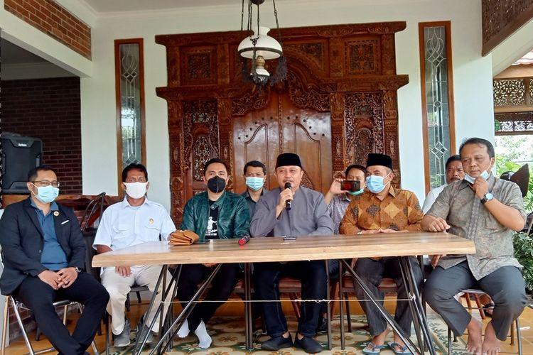Kuasa hukum pasangan calon Iwan-Iip akan melaporkan KPU Kabupaten Tasikmalaya ke DKPP karena diduga telah melanggar etik tak menjalankan peraturan perundang-undangan, Kamis (7/1/2021).