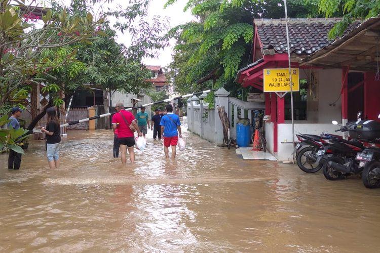 Bagian depan Perumahan Duta Kranji yang terendam banjir, Selasa (25/2020).