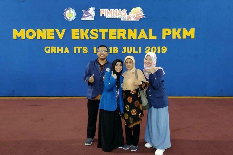 (Kiri ke kanan) Alvin Rahmad Widyanto, Hafildatur Rosyidah, Ir Endang Purwanti Setyaningsih MT, dan Vina Rizky Andina.