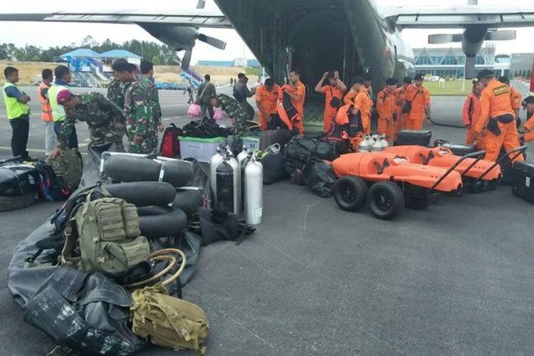 Pesawat Hercules TNI AU type C-130 H/HS/L-100-30, Nomor A-1323 tiba Bandara Silangit, Tapanuli Utara, Selasa (19/6/2018). Pesawat ini membawa tim Basarnas dari Jakarta untuk membantu mencari korban hilang tenggelamnya Kapal Motor Sinar Bangun di perairan Danau Toba, Samosir, Senin (18/6/2018) sore.