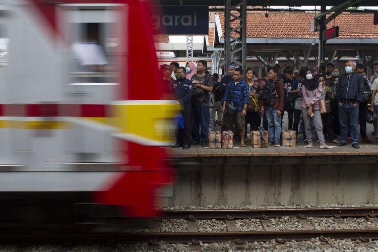 Suasana keramaian penumpang Kereta Rel Listrik (KRL) di Stasiun Manggarai, Jakarta Selatan, Jumat (14/2/2020). Mulai Kamis (13/2/2020), malam hari dilakukan rekayasa pola operasi KRL hingga tanggal 23 Februari mendatang hal tersebut sebabkan penumpukan penumpang.
