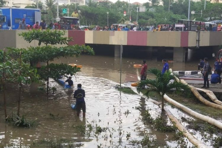 Banjir merendam Underpass Gandhi, Kemayoran, Jakarta Pusat, Minggu (2/2/2020).