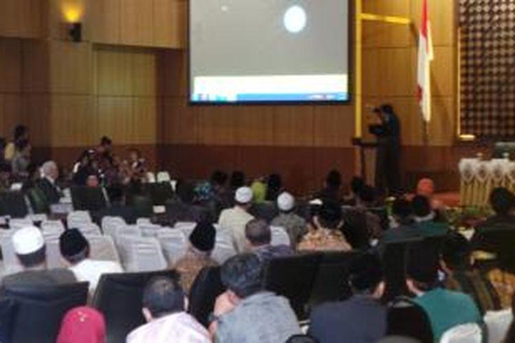 Suasana sidang itsbat penentuan awal Ramadham 1434 H di Kementerian Agama, Jakarta, Senin (8/7/2013).