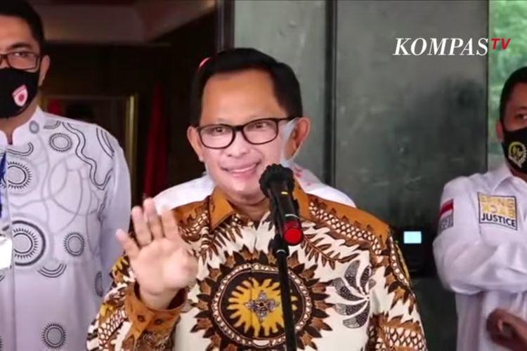 Mendagri Tito Karnavian mengenakan masker dengan gambar wajahnya sendiri.