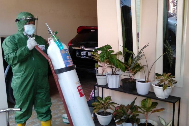 Petugas PMI mengantarkan tabung oksigen untuk warga terpapar Covid-19 yang menjalani isolasi mandiri di Kelurahan Tanjung, Purwokerto, Kabupaten Banyumas, Jawa Tengah, Selasa (13/7/2021) .