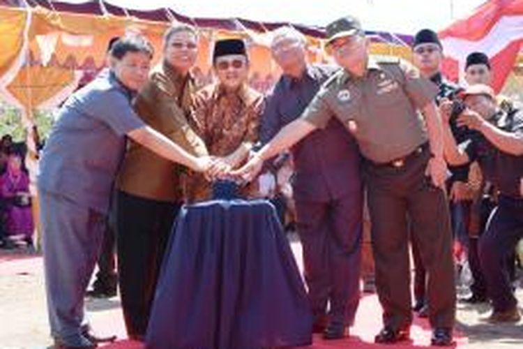 BJ. Habibie, Besama, Wakil Gubernur Sulawesi Selatan, Agus Arifin Nu,Mang,  Wali Kota Parepare, Tauan Pawe, saat menekan tombol persemian ITH di Parepare