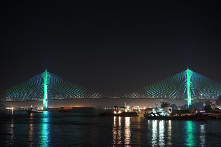 Jembatan Mahkota II di Samarinda, Kalimantan Timur, kini dihiasi oleh lampu berwarna-warni, menciptakan pemandangan indah bagai mahkota di malam hari