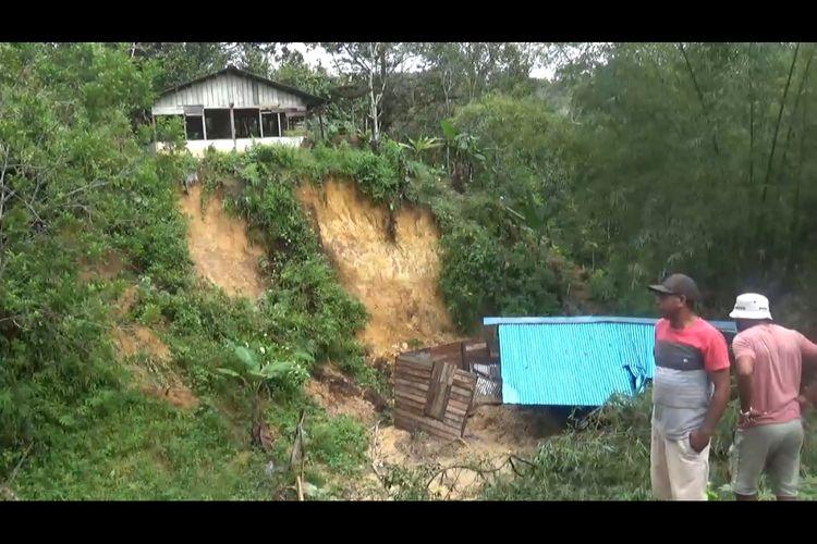 Sebuah Rumah warga terkena Longaor